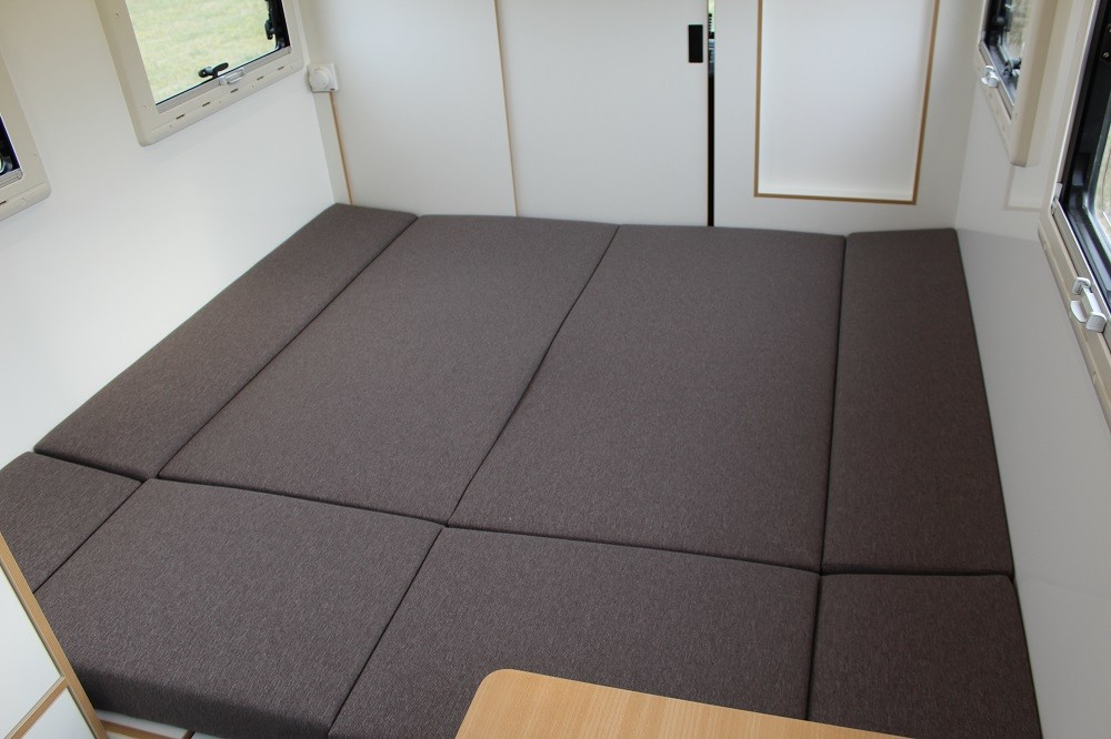 Die Sitzgruppe kann zu einem Bett umgebaut werden