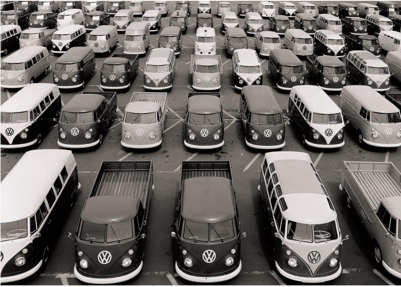 """Bereits der erste Serien-Bulli T1 (""""Typ 2, T1"""") lief in verschiedenen Bauformen vom Band in Hannover. Foto: Volkswagen"""