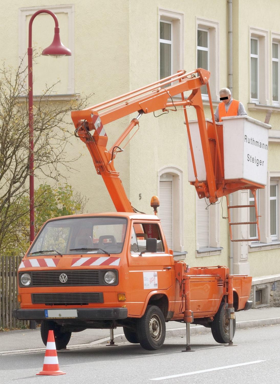 Der Einsatz der Hubbühne wurde 2019 in Thum (Erzgebirge) aufgenommen – 27 Jahre nach Ende der Produktion des T3. Der untere Kühlergrill verrät einen wassergekühlten Motor im Heck. Foto: Wikipedia/Beil