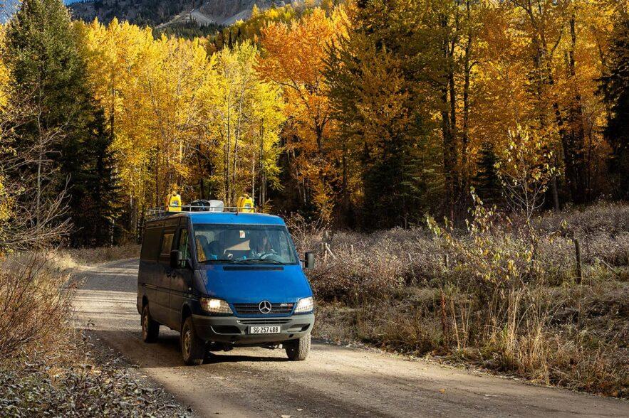 Reise durch Alaska im Herbst im Sprinter