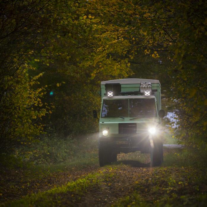 Volvo C304 im Herbstwald