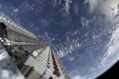 Satellitengestütztes Internet weltweit – Starlink ist die neueste Entwicklung aus dem Hause SpaceX von Tesla-Gründer Elon Musk Foto: Official SpaceX Photos - Starlink Mission/Wikipedia